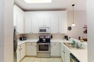 A kitchen or kitchenette at Bahama Bay Resort 22110