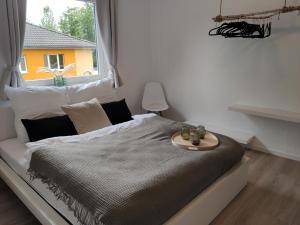 A bed or beds in a room at Ferienwohnung - Liebevoll und Zentral - Nahe Bermuda Dreieck, Schauspielhaus und Musikforum - Ruhrgebiet entdecken - inkl. NETFLIX