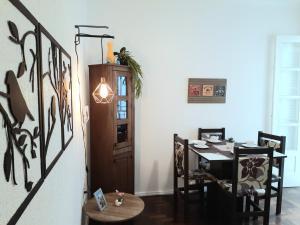 A restaurant or other place to eat at Amplo, aconchegante e pertinho de tudo