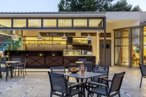 A restaurant or other place to eat at Oasis Hotel Apartments