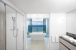 A bathroom at Peppers Soul Surfers Paradise