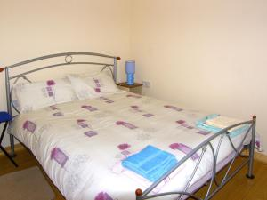A bed or beds in a room at Kiltimagh Cottage