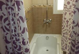 A bathroom at Assal Hail Hotel Apartments