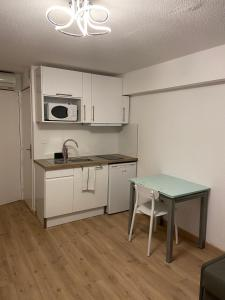 A kitchen or kitchenette at Résidence France Riviera