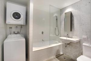 A bathroom at Adara Richmond