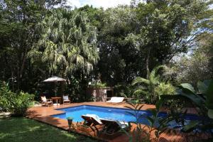 Casa Natureza Brasil veya yakınında bir havuz manzarası