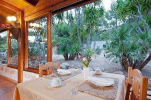 A restaurant or other place to eat at Miramare Residence