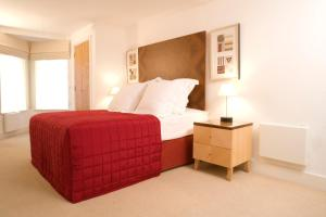 A bed or beds in a room at Marlin Apartments Limehouse