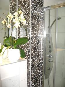 A bathroom at Hanna Apartment