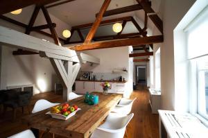 Een keuken of kitchenette bij Stayci Serviced Apartments Luther Deluxe