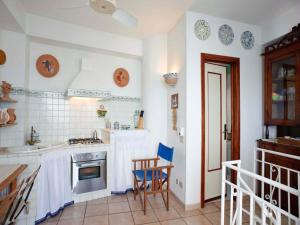 A kitchen or kitchenette at Casa Marettimo