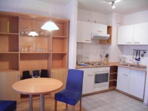Кухня или мини-кухня в TopDomizil Apartments Checkpoint Plaza