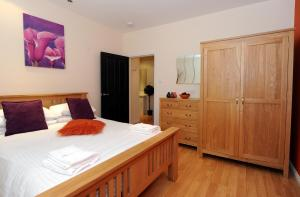 A bed or beds in a room at Parkhill Luxury Serviced Apartments - City Centre Apartments