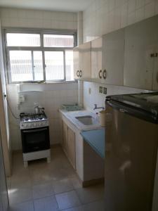 A kitchen or kitchenette at Apartamento Cabo Frio