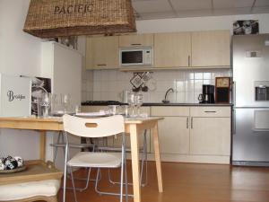 Küche/Küchenzeile in der Unterkunft Suite44 Bed & Beach Scheveningen