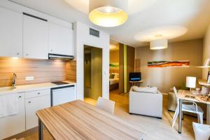 A kitchen or kitchenette at Q7 Lodge Lyon 7