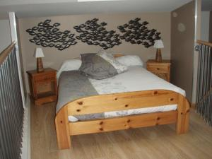 A bed or beds in a room at Loft Du Pecheur