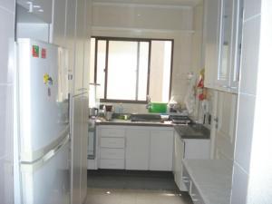 A kitchen or kitchenette at Apartamento 3 Quartos Guarujá