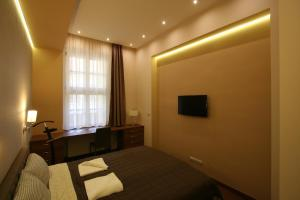A television and/or entertainment center at NN Apartman Budapest