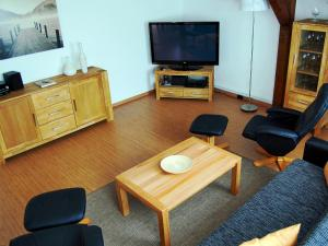 A television and/or entertainment center at Ferienwohnung Teltow
