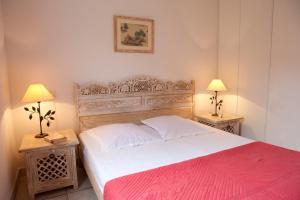 A bed or beds in a room at Résidence Village D'Oc Golf de Béziers by Popinns