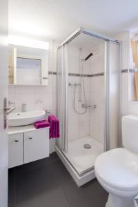 Un baño de Cabana Apartments