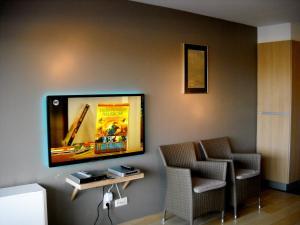 Télévision ou salle de divertissement dans l'établissement Lautrec