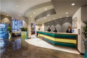 A área de receção ou átrio de Savoy Central Hotel Apartments