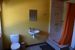 A bathroom at Viesu māja Vanaturs