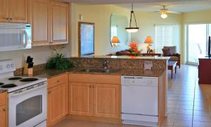 Een keuken of kitchenette bij Sunset Vistas Two Bedroom Beachfront Suites