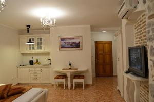 A television and/or entertainment center at Apartments Parteli