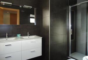 A bathroom at Apartamentos Turísticos Mauror