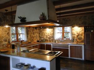 A kitchen or kitchenette at Villa Dos Pins