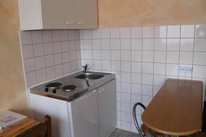 A kitchen or kitchenette at City Apartment Hotel Hamburg