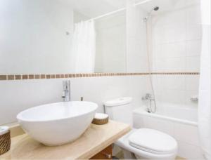 Un baño de SyS Suites Nueva San Martin