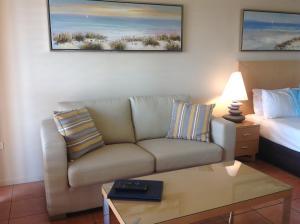 A seating area at at Boathaven Bay Holiday Apartments