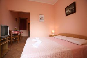 A bed or beds in a room at Apartments Neda I - Poreč South