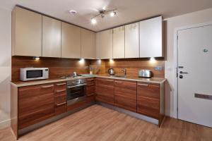 A kitchen or kitchenette at Skyline Plaza By Flying Butler