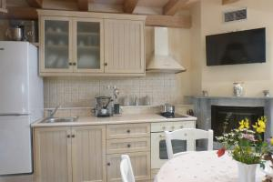 A kitchen or kitchenette at To Petradi