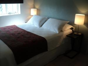A bed or beds in a room at Villa Apartments Westside