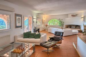 A seating area at Sa Tuna Villa CEMA