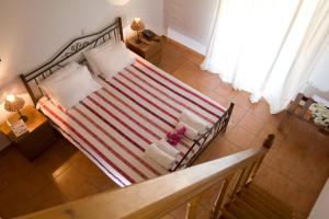 A bed or beds in a room at Poros Beach