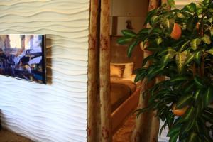 Telewizja i/lub zestaw kina domowego w obiekcie Old Muranow Apartment by WarsawResidence Group
