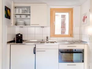 Una cocina o zona de cocina en Cabana Apartments