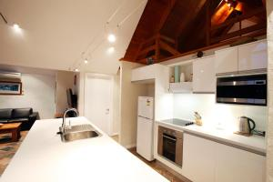 A kitchen or kitchenette at Whalers Cove Villas