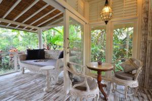 A seating area at Jendela Di Bali Villa