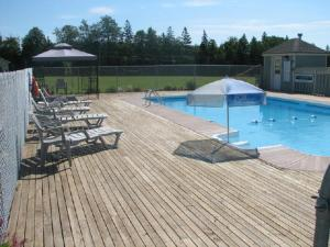 A piscina localizada em Brudenell Fairway Chalets ou nos arredores