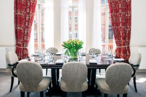 A restaurant or other place to eat at The Apartments by The Sloane Club