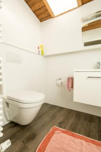 A bathroom at Gästehaus Helga