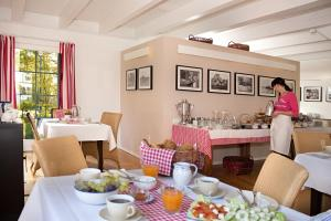 A restaurant or other place to eat at Louisenhof Ferienapartments und Wellness
